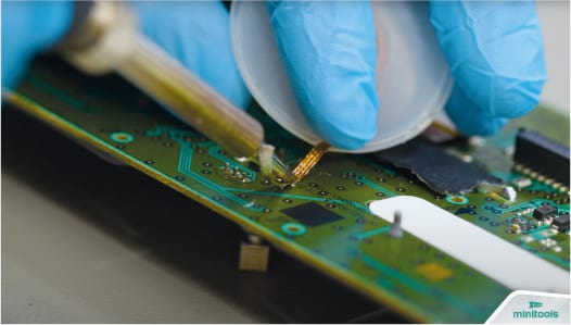 Desoldering the pins on the PCB of the standard radio of Dacia and Renault